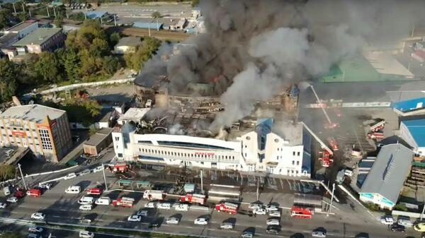 Последствия пожара торгового центра Максим во Владивостоке
