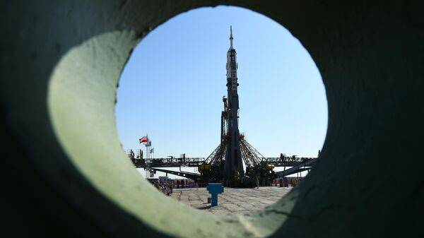 Установка ракеты-носителя Союз-ФГ с пилотируемым кораблем Союз МС-15 на стартовой площадке космодрома Байконур
