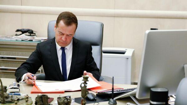 Председатель правительства РФ Дмитрий Медведев в своем рабочем кабинете