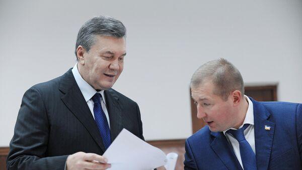 Бывший президент Украины Виктор Янукович с адвокатом Виталием Сердюком