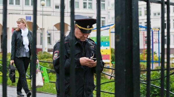 Сотрудник полиции на территории школы