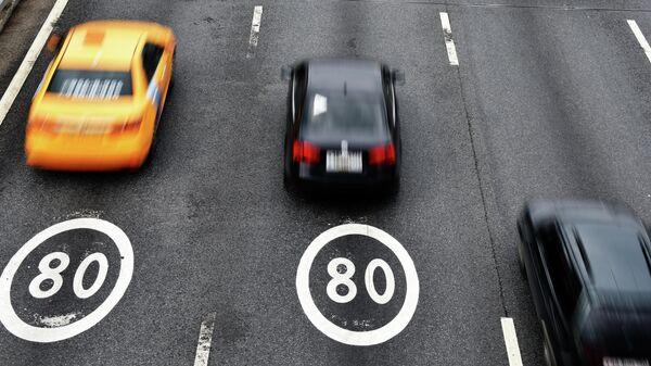 Автомобили на участке Третьего транспортного кольца в Москве с ограничением скорости 80 км/ч