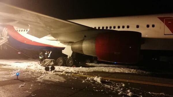 На месте жесткой посадки самолета Боинг 767-300 в аэропорту Барнаула