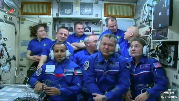 Экипаж в составе 9 человек на борту МКС