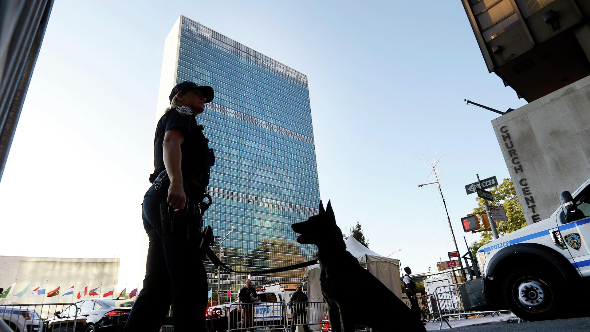 Контрольно-пропускной пункт безопасности у штаб-квартиры Организации Объединенных Наций в Нью-Йорке во время проведения Генеральной Ассамблеи - РИА Новости, 1920, 27.07.2021
