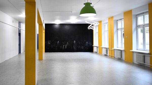 Доска в коридоре школы No 1536