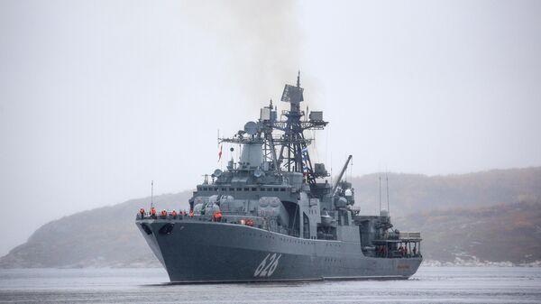 Большой противолодочный корабль Вице-адмирал Кулаков во время встречи отряда боевых кораблей и судов обеспечения Северного флота, выполнившего задачи дальнего похода по морям Северного Ледовитого океана.