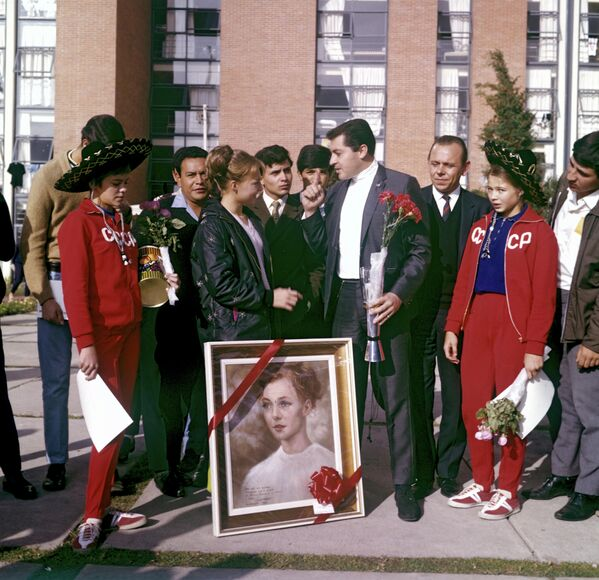Мексиканский художник вручает советской гимнастке Наталье Кучинской ее портрет