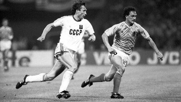Олег Протасов (слева)