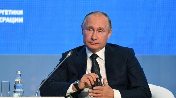 Президент РФ Владимир Путин на третьем международном форуме Российская энергетическая неделя