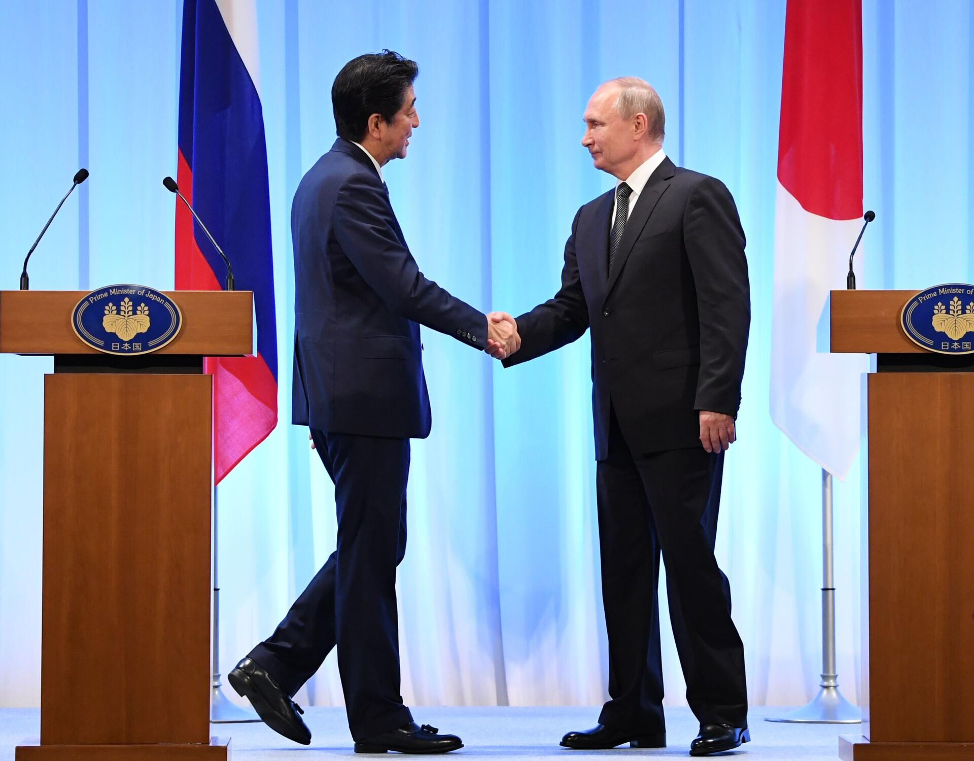 Президент РФ Владимир Путин и премьер-министр Японии Синдзо Абэ на совместной пресс-конференции по итогам встречи в Осаке. 29 июня 2019 - РИА Новости, 1920, 12.10.2021