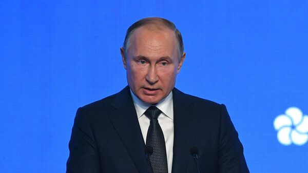 Президент РФ Владимир Путин выступает на третьем международном форуме по энергоэффективности и развитию энергетики Российская энергетическая неделя - 2019