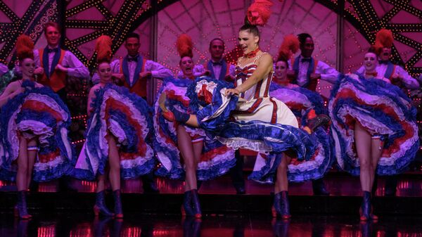 Танцовщица Ольга Хохлова выступает в шоу Феерия в Мулен Руж в Париже