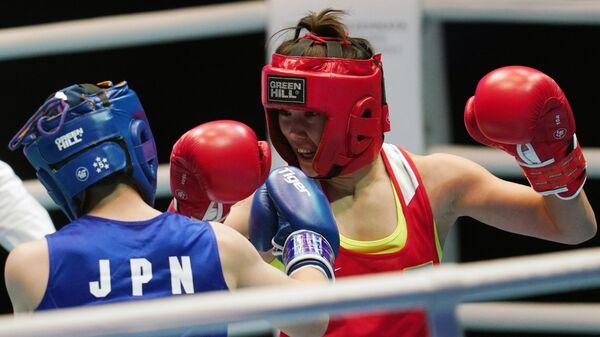 Слева направо: Намики Цукими (Япония) и Назым Кызайбай (Казахстан) в предварительном поединке в весовой категории 51 кг на чемпионате мира по боксу AIBA среди женщин в Улан-Удэ.