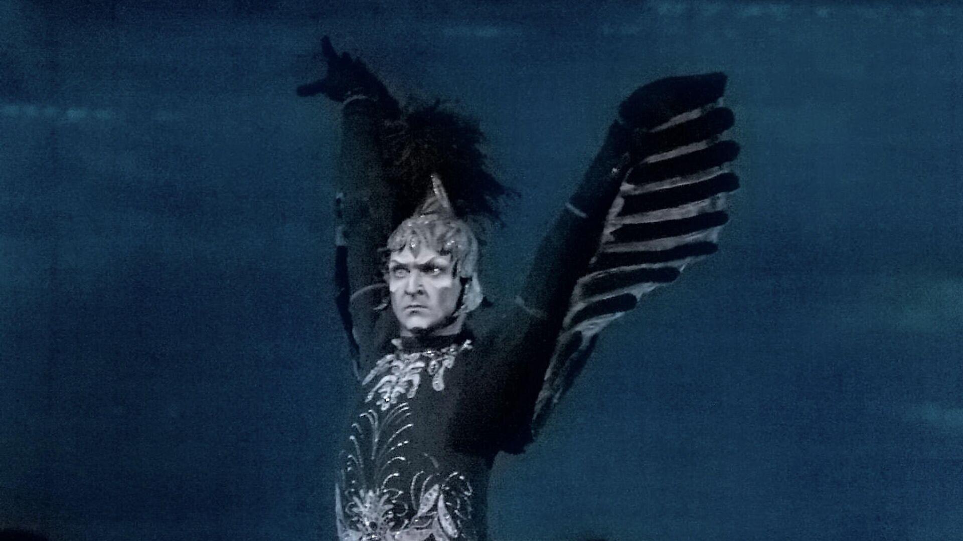 Ротбард - злой волшебник (Илья Кузнецов) в сцене из балета Петра Чайковского Лебединое озеро. - РИА Новости, 1920, 04.10.2019