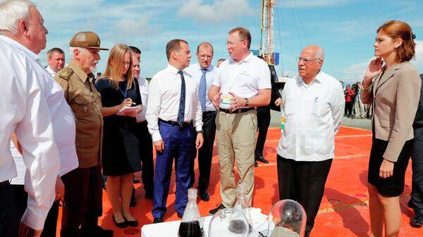 Премьер-министр России Дмитрий Медведев принимает участие в церемонии запуска бурения первой горизонтальной скважины месторождения Бока де Харуко на Кубе. 4 октября 2019