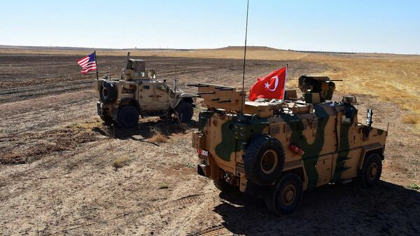 Турецкие и американские военные бронеавтомобили на сирийско-турецкой границе
