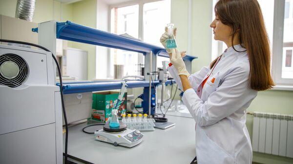 Доцент базовой кафедры биотехнологии СФУ Анна Шумилова готовит раствор для измерения белка биуретовым методом
