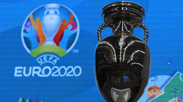 Кубок и логотип чемпионата Европы по футболу 2020