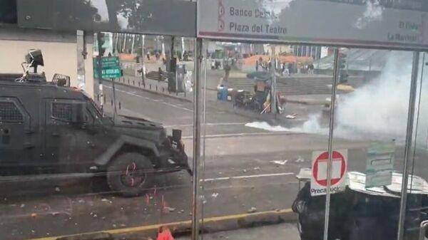 Корреспондент RT и оператор пострадали во время протестов в Эквадоре