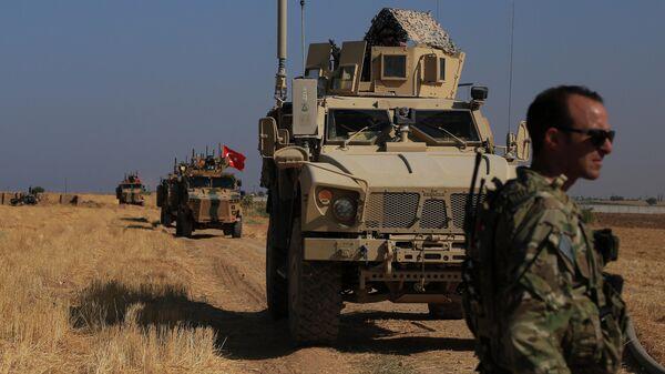 Турецкая и американская бронетехника на сирийско-турецкой границе