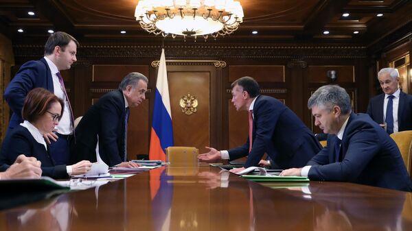 Перед началом совещания Дмитрия Медведева с вице-премьерами о дополнительных мерах по ускорению экономического роста. 8 октября 2019