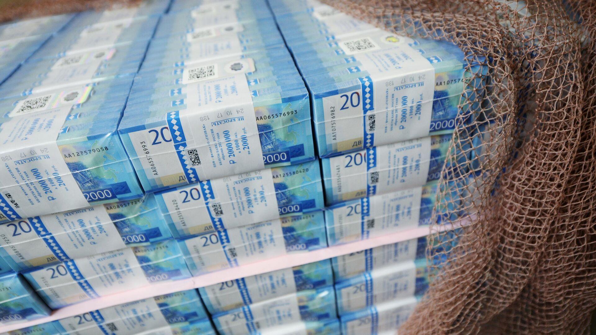 Пачки с денежными купюрами номиналом 2000 рублей - РИА Новости, 1920, 27.01.2021