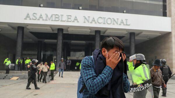 Полиция и протестующие у здания Национального собрания Эквадора в Кито