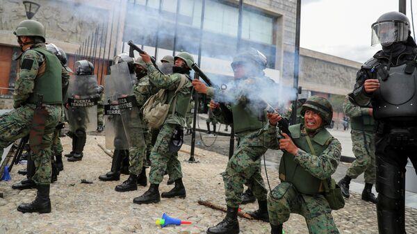 Силы безопасности Эквадора во время акции протеста у здания Национального собрания в Кито