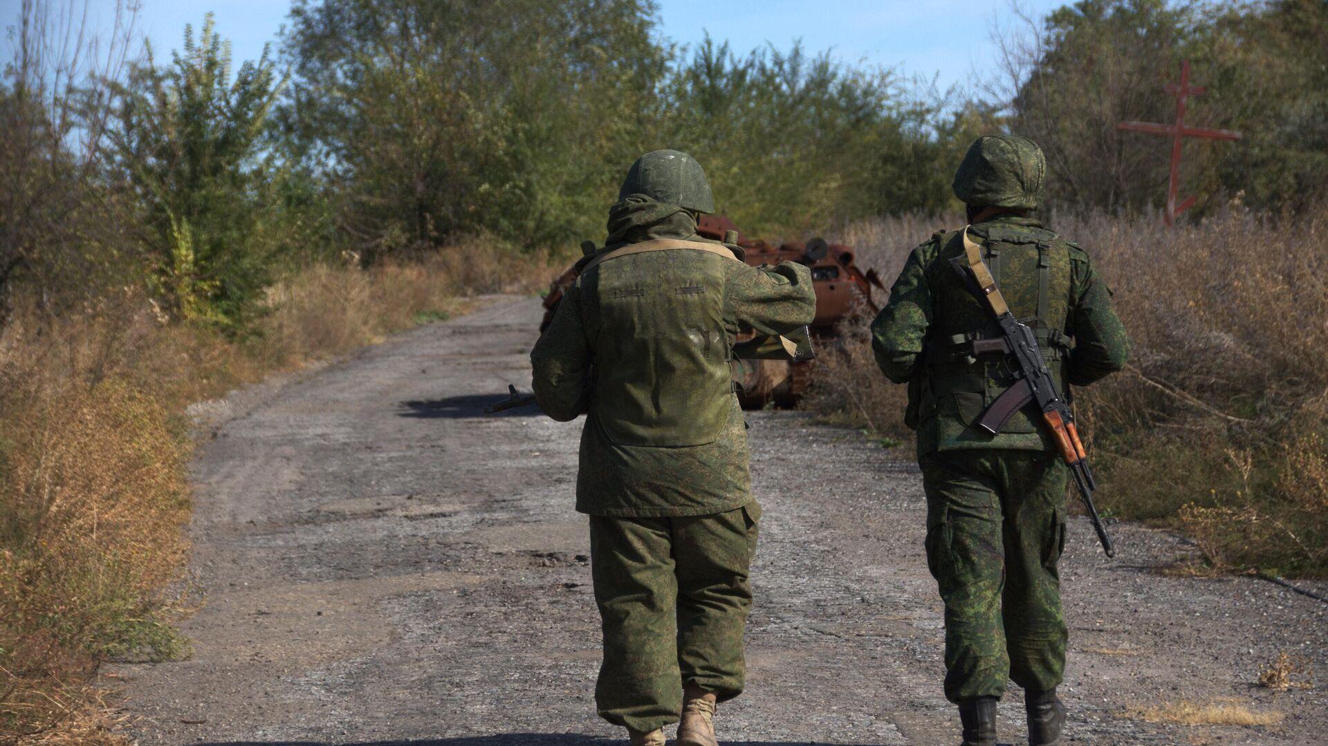 Военнослужащие ЛНР в поселке Сокольники на линии соприкосновения в Луганской области - РИА Новости, 1920, 03.10.2021