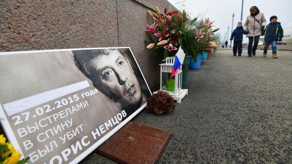 Цветы и свечи на месте гибели политика Бориса Немцова на Большом Москворецком мосту в Москве