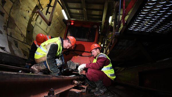 Рабочие в тоннеле строящейся станции метро Ржевская Большой кольцевой линии в Москве