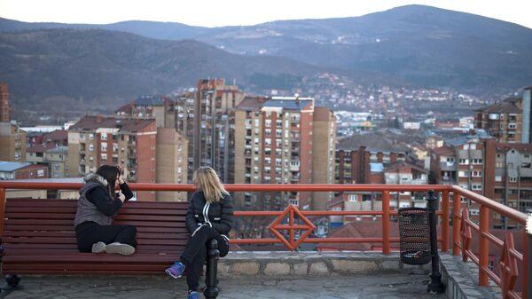 Девушки отдыхают на смотровой площадке на одном из холмов города Косовская Митровица