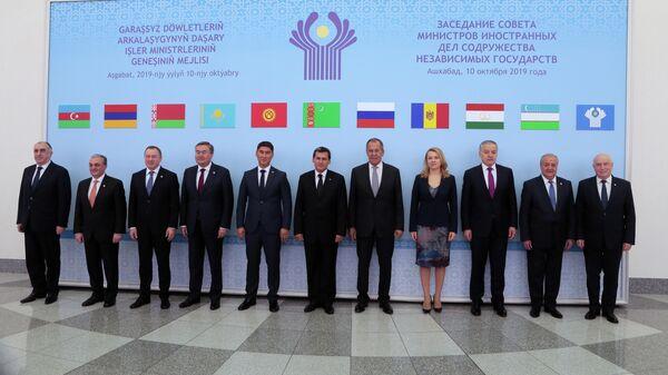 Церемония фотографирования перед заседанием Совета министров иностранных дел государств-участников СНГ в Ашхабаде