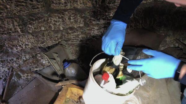 Сотрудники ФСБ проводят обыск в гараже у задержанного гражданина России, готовившего взрыв в одном из административных зданий Республики Крым