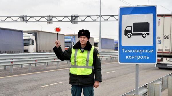 Сотрудник таможенной службы РФ на контрольно-пропускном пункте