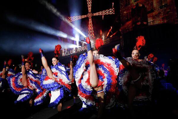 Танцовщицы Мулен Руж выступают во время празднования 130-летия старейшего французского кабаре. 6 октября 2019 года