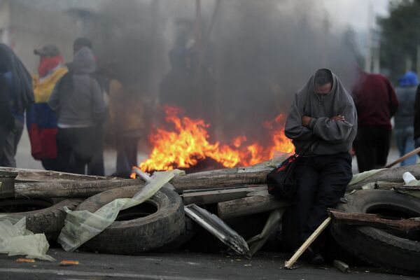 Люди блокируют дорогу во время акций протеста в Каямбе, Эквадор