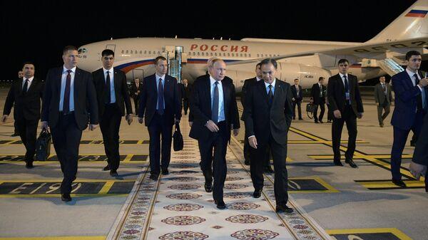 Президент РФ Владимир Путин и Чрезвычайный и Полномочный посол РФ в Туркмении Александр Блохин на церемонии встречи в аэропорту Ашхабада. 10 октября 2019