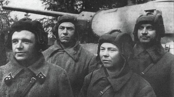 Танковый экипаж Дмитрия Лавриненко (крайний слева). Октябрь 1941 г.