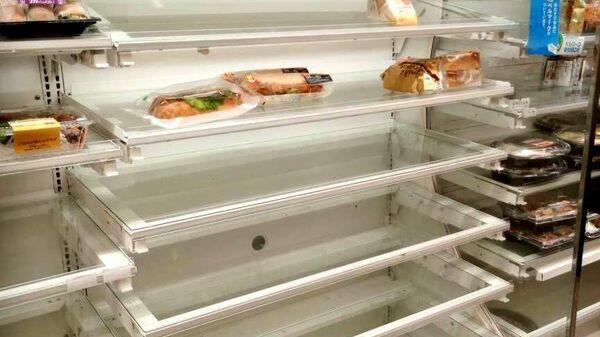 Пустые полки в японском магазине перед тайфуном Хигибис