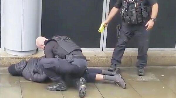 Задержание подозреваемого в нападении с ножом в торговом центре в Манчестере. 11 октября 2019