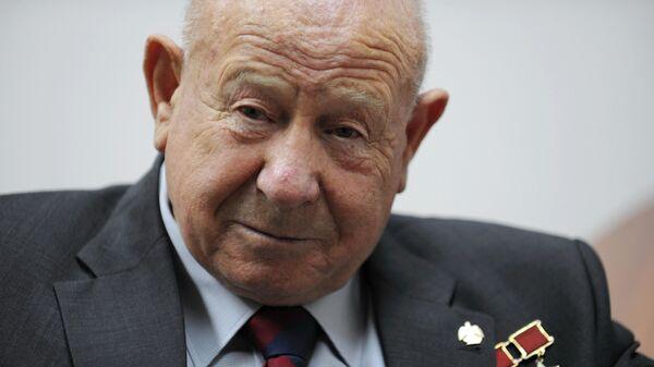 Космонавт Алексей Леонов во время интервью агентству РИА Новости