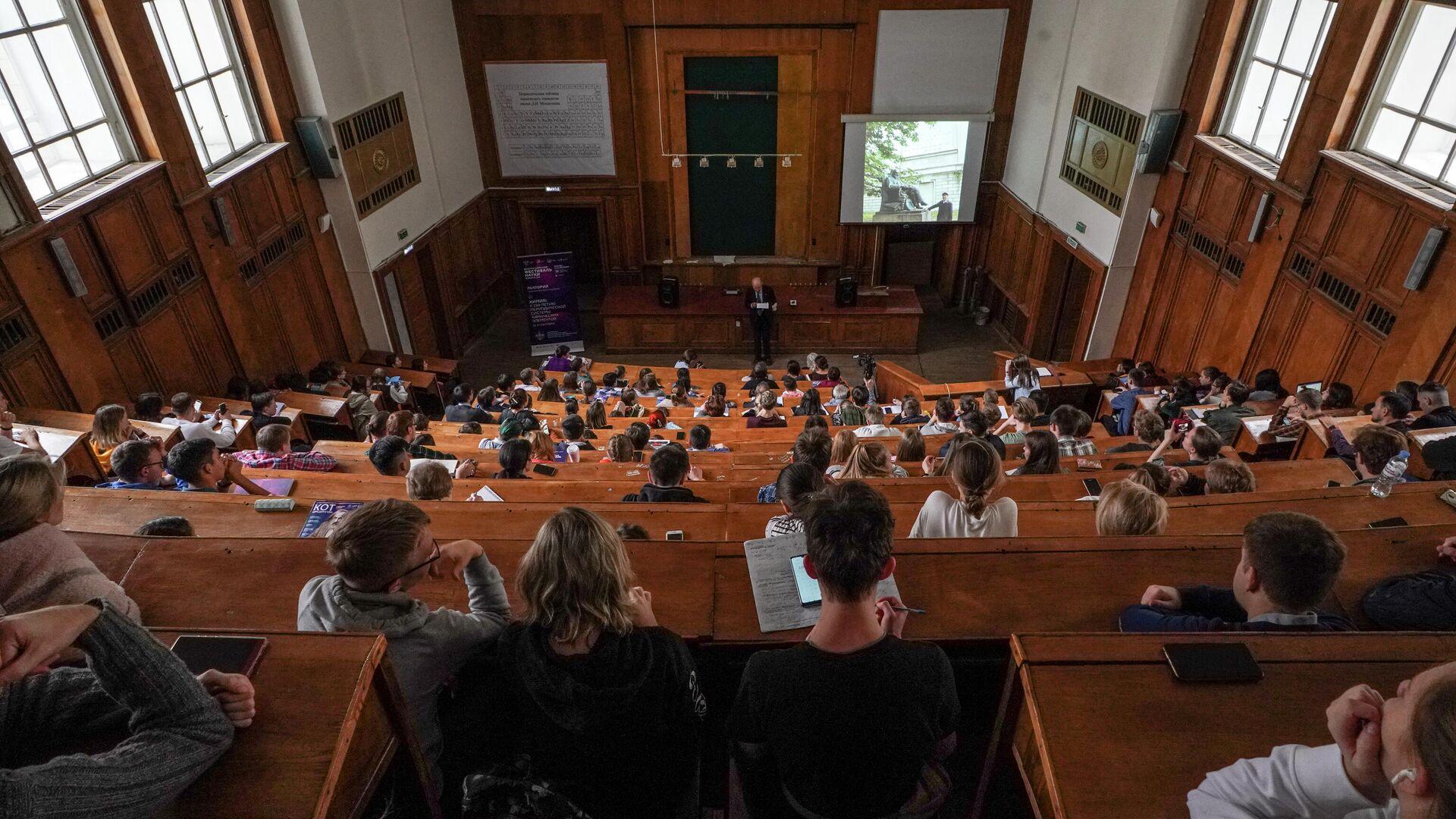 Студенты на лекции американского химика, лауреата Нобелевской премии по химии 1986 года, профессора Гарвардского университета Дадли Роберта Хершбаха  - РИА Новости, 1920, 15.09.2020