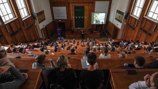 Студенты на лекции американского химика, лауреата Нобелевской премии по химии 1986 года, профессора Гарвардского университета Дадли Роберта Хершбаха
