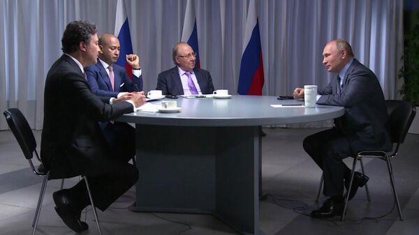 Президент России Владимир Путин во время интервью телеканалам RT Arabic, Sky News и Al Arabiya перед визитом в Саудовскую Аравию и Объединенные Арабские Эмираты