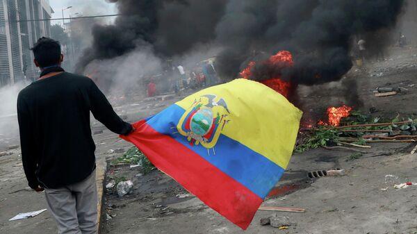 Участник акции протеста в Кито, Эквадор