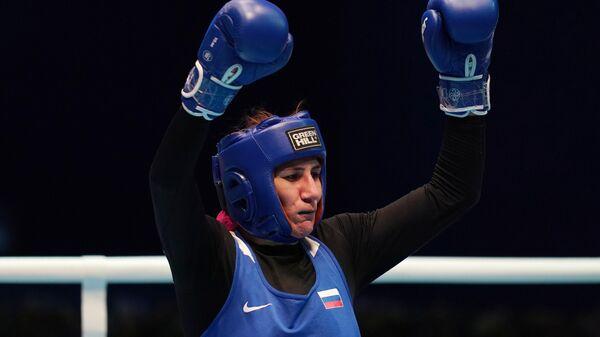 Зенфира Магомедалиева (Россия) радуется победе в поединке полуфинала в весовой категории до 81 кг против Лины Ван (Китай) на чемпионате мира по боксу AIBA среди женщин в Улан-Удэ.