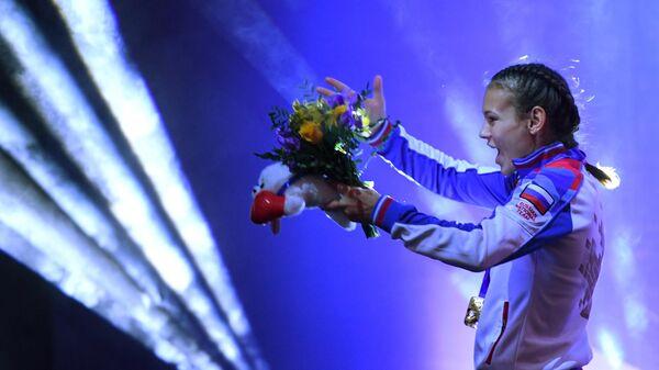 Екатерина Пальцева (Россия), завоевавшая золотую медаль в весовой категории до 48 кг на чемпионате мира по боксу AIBA среди женщин в Улан-Удэ, на церемонии награждения