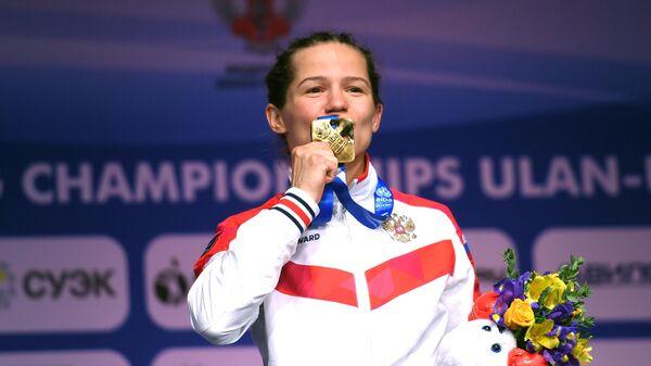 Лилия Аетбаева (Россия), завоевавшая золотую медаль в весовой категории до 51 кг на чемпионате мира по боксу AIBA среди женщин в Улан-Удэ, на церемонии награждения